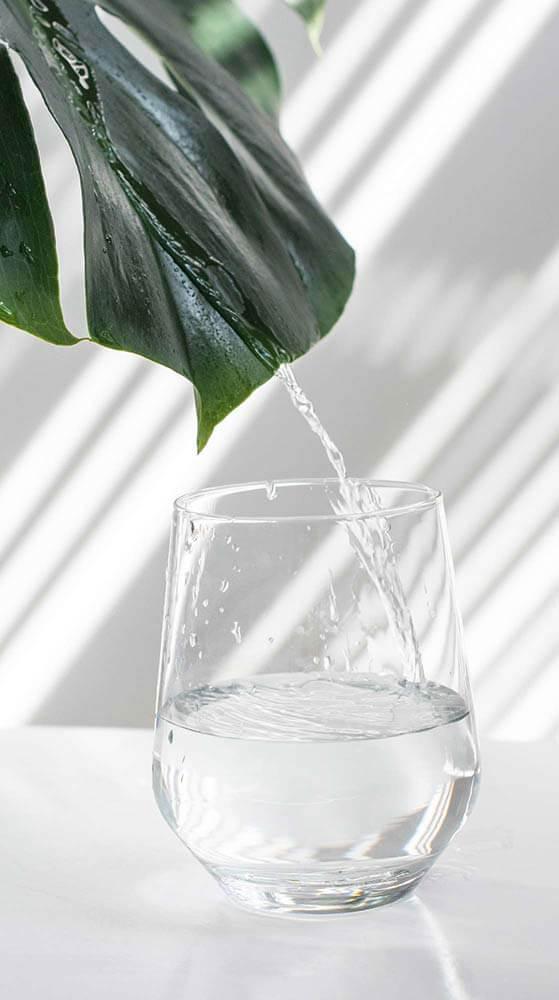reines Wasser fließt in ein Wasserglas