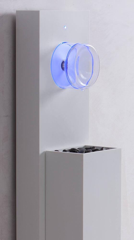 Leitungsgebundener Wasserspender mit Korpus weiss