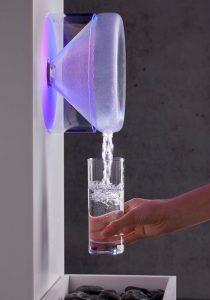 Design Wasserspender gibt gekühltes, gefiltertes Wasser aus